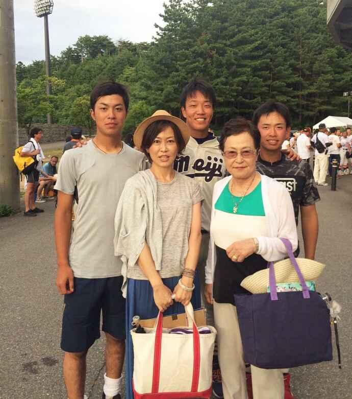 息子の佳明選手(明大2年)らと記念撮影。後列左から佳明選手、柳裕也投手(同4年)、川口凌選手(法大2年)、前列左から元美さん、母紀子さん(提供写真)