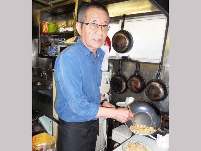 「真央ちゃんチャーハン」をつくる定食屋「互楽亭」の井上一夫さん