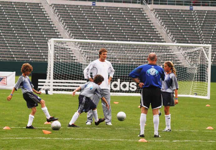 ロサンゼルスで行われた子供向けサッカー教室で指導するデービッド・ベッカム(2007年7月=撮影・千歳香奈子)