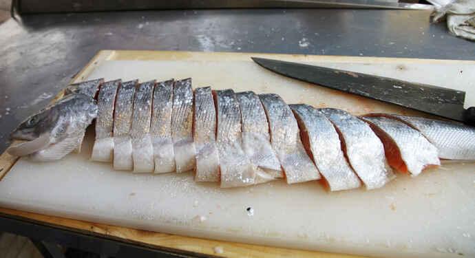 切り分けられた塩鮭