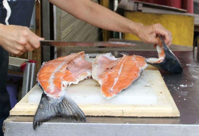 鮭の赤い色は、アスタキサンチンというポリフェノールの色素