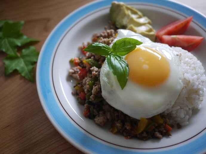 卵やひき肉など体づくりの基盤であるタンパク質が多く含まれた「ガパオライス」。バジルやパプリカ、ピーマンにはβカロテンが多く含まれ、体の抵抗力を高めてくれます。