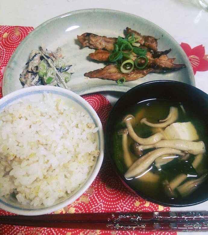 現在の食事は、雑穀米ごはんと具だくさん味噌汁が中心