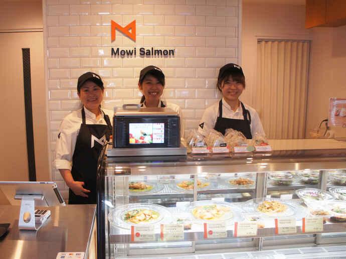 「毎朝築地市場より仕入れる新鮮なハーブを使ったサーモンマリネも、ぜひ味わってみてください」/店長の宮崎さん(中央)、スタッフの高橋さん(左)、市橋さん