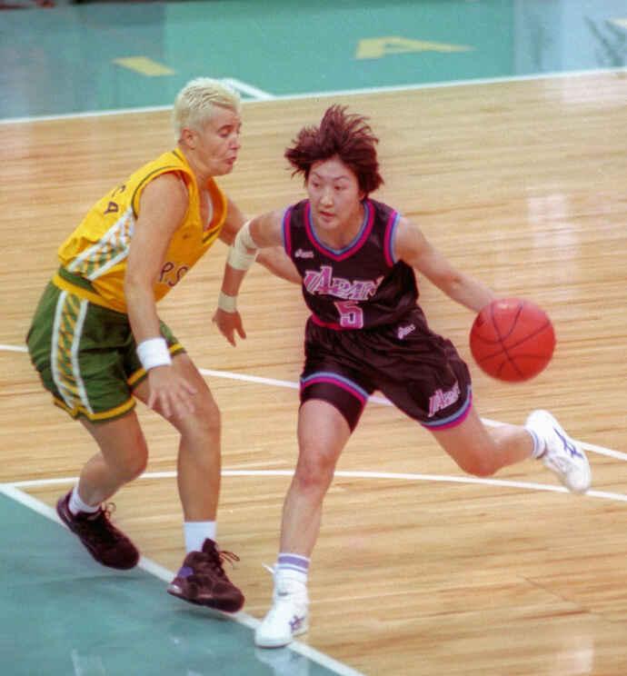 アトランタ五輪女子バスケットボールグループA、日本対ブラジル ドリブルで攻め込む日本の村上睦子(右、1996年7月25日)