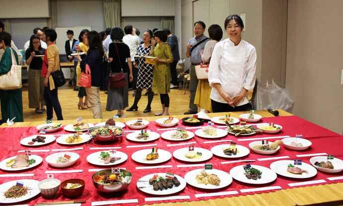 32チームの料理を前に笑顔を見せる青木ゆり子さん