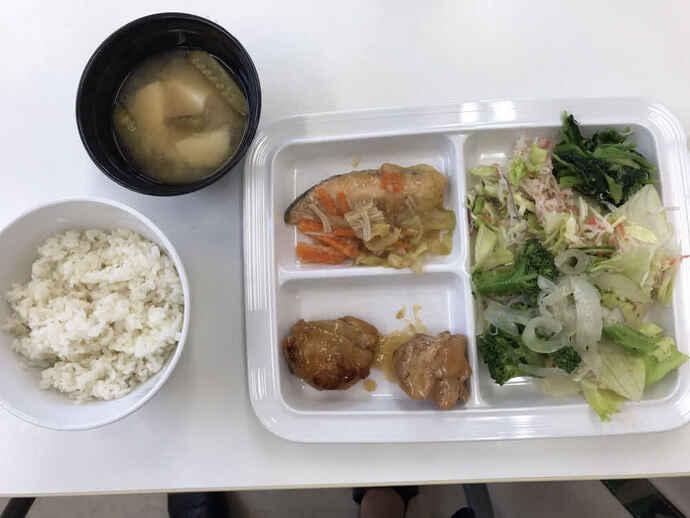 MF梅崎のクラブでの昼食。鶏肉、魚。生野菜、みそ汁、ご飯に加えフルーツヨーグルトも