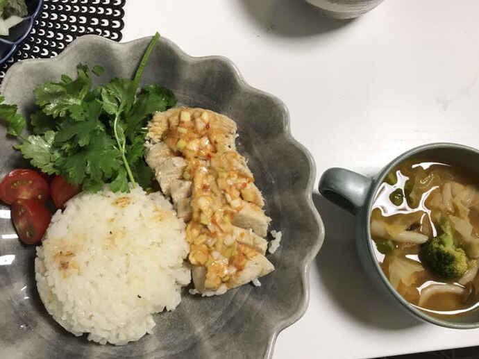 MF梅崎の夕食。ライス、鶏肉の野菜あんかけ、サラダ、みそ汁