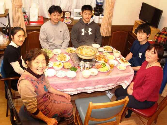 和気あいあいとした食事風景。野菜中心のメニューが並ぶ。左から祖母村上節子さん、妹和花ちゃん、父和夫さん、佐藤本人、弟駿太郎くん、母明代さん