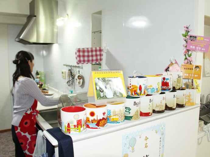 カラフルなマグカップが並ぶ早田家のキッチン。早田が世界各国で集めたお気に入りのコレクションだ