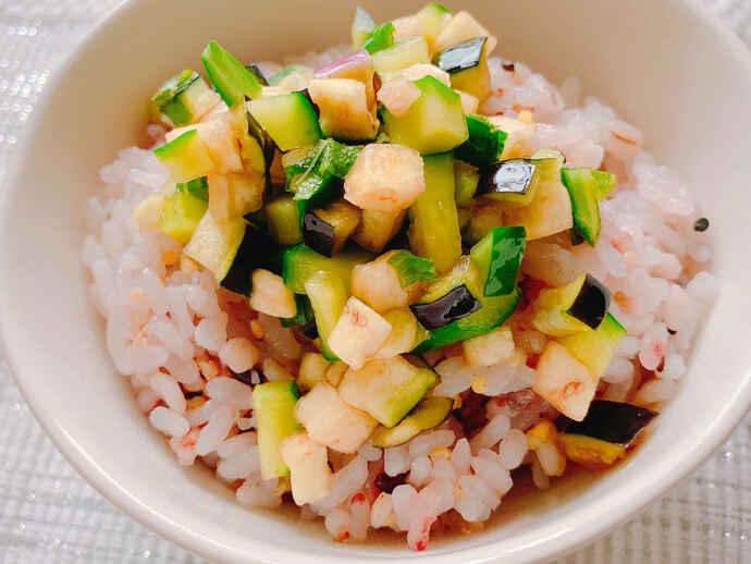 野菜を細かく切り、めんつゆに漬けるだけの「ご飯がすすむ夏野菜のだし」