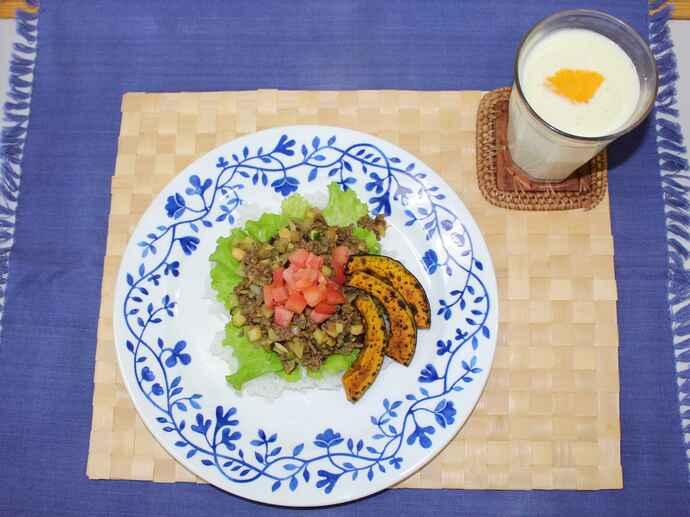 この日の調理実習で作った和風タコライスとオレンジ豆乳ラッシー。たくさんの食材を使ったワンプレートメニューです。練習後の夕食としていかがですか?