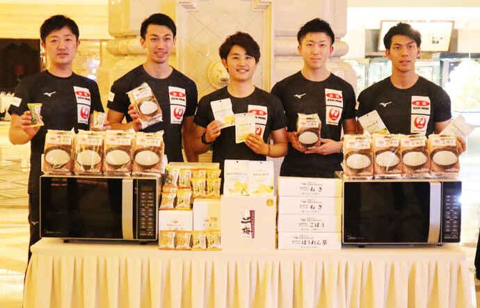 全農ブランドのパックご飯や、フリーズドライみそ汁、ドライフルーツなどを提供されたカーリング男子日本代表、左から阿部、清水、松村、相田、谷田