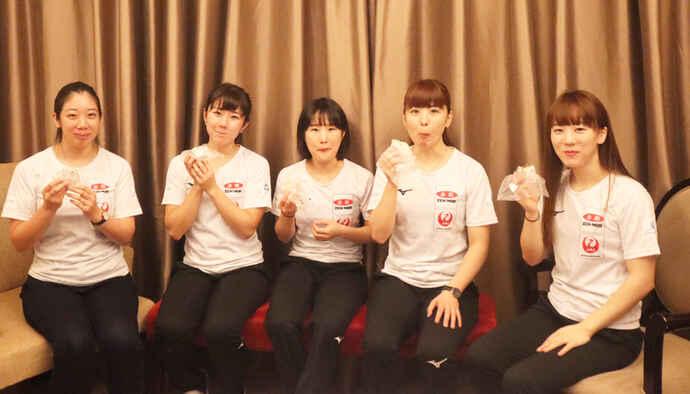 世界選手権出場枠の獲得を狙う女子日本代表の中部電力メンバー、左から清水、石郷岡、中嶋、松村、北澤