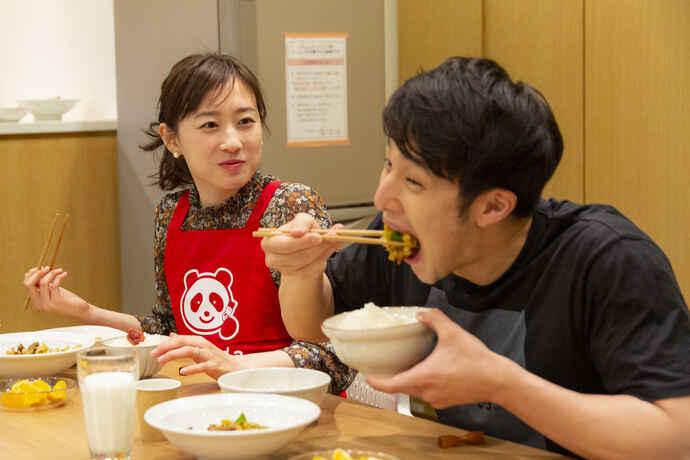 味の素VPのサポートを受けて質の高い食事を楽しむ競泳の瀬戸大也(左)優佳夫妻(味の素VP提供)
