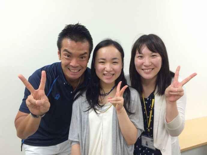 記念撮影する卓球の伊藤美誠(中央)と味の素VPの栗原SD(左)、鈴木晴香管理栄養士(味の素VP提供)