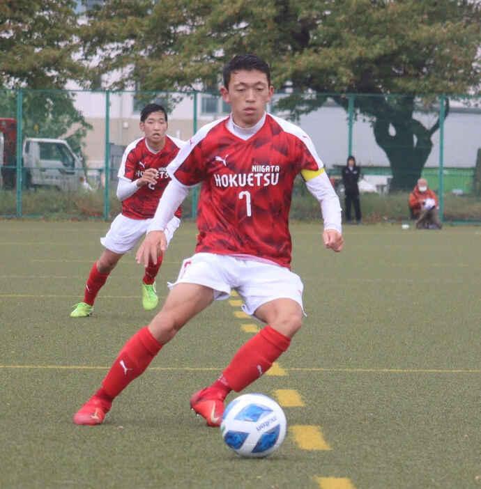 高校サッカー選手権新潟予選の東京学館新潟戦でボールをキープする加藤