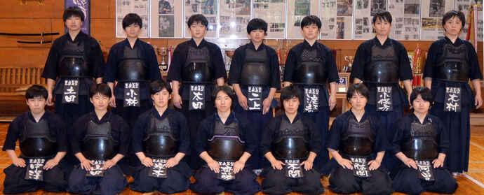 胴着姿で集合写真に納まる東奥義塾女子剣道部の選手ら(2020年5月26日)
