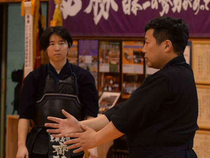 伊藤監督(右)の指導を真剣な表情で聞き入る斎藤主将(2020年5月26日)