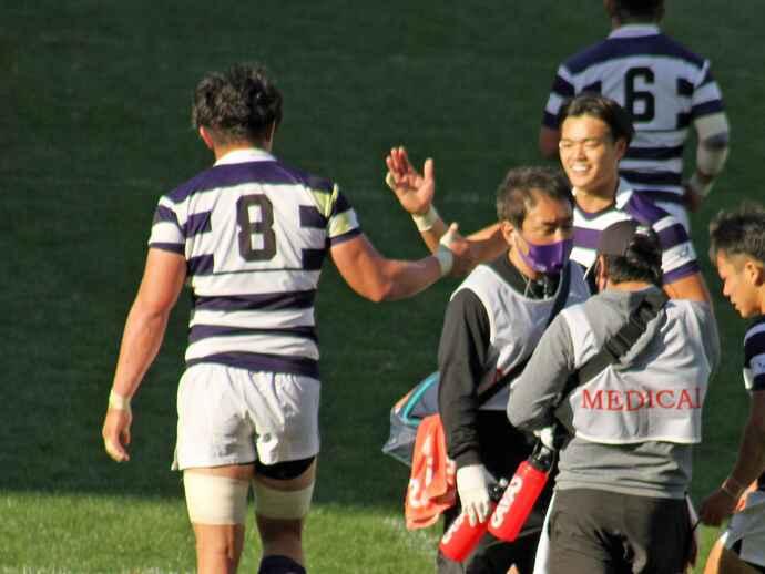 試合中、憧れの「りゅうがさん」こと箸本主将(左、背番号8)とハイタッチする廣瀬