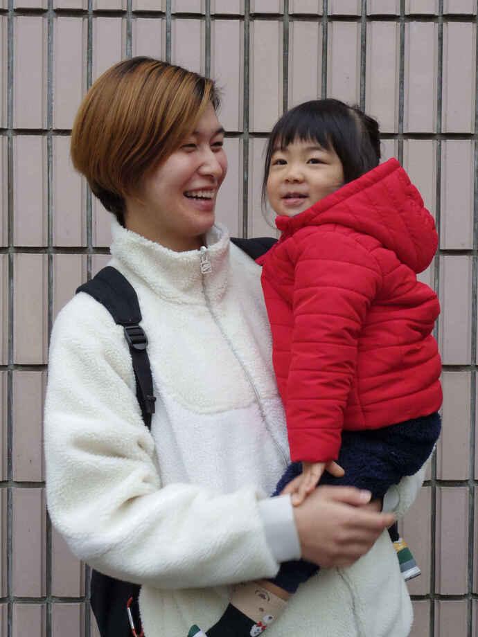 長女の永稀(えま)ちゃんと笑顔でツーショットの元バスケットボール女子日本代表の大崎さん