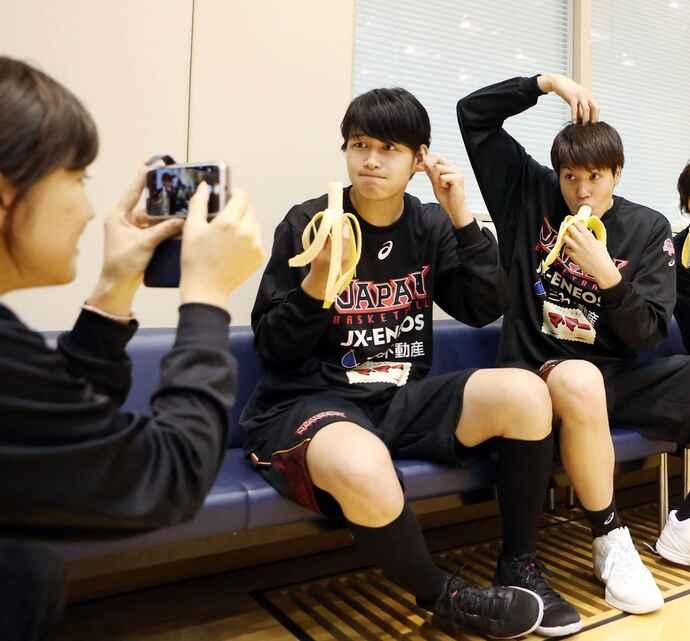 日本代表の強化合宿で、差し入れされたバナナをおちゃめなポーズで記念撮影しながら食べる大崎(中央)。右は渡嘉敷来夢(2016年4月12日)