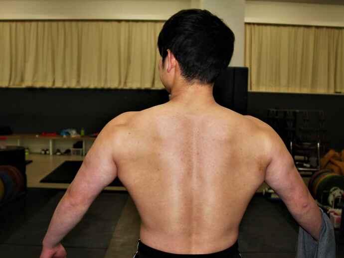 「ウエイトリフティングで大切なのは、背中の筋力」と佐藤監督。体脂肪率を減らしすぎないよう気を付けながら身体づくりを行っている