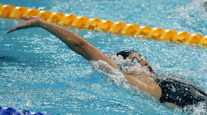08年8月、北京五輪・競泳女子100メートル背泳ぎ準決勝で力強い泳ぎを見せる伊藤華英