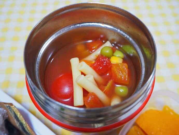 ミックスベジタブルや枝豆などの冷凍野菜やトマト缶を使ったスープ