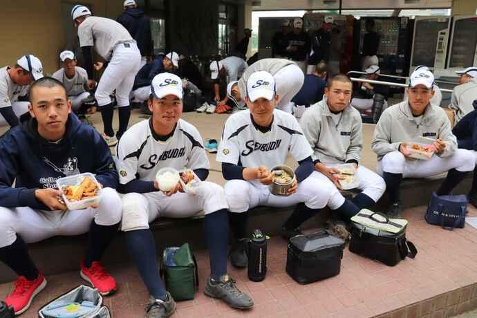 お昼は自宅から持参したお弁当。タッパーにはたくさんのご飯。(左から)山木優宏選手、田中祐己選手、才田翔也選手、村田大貴選手、大石拓選手
