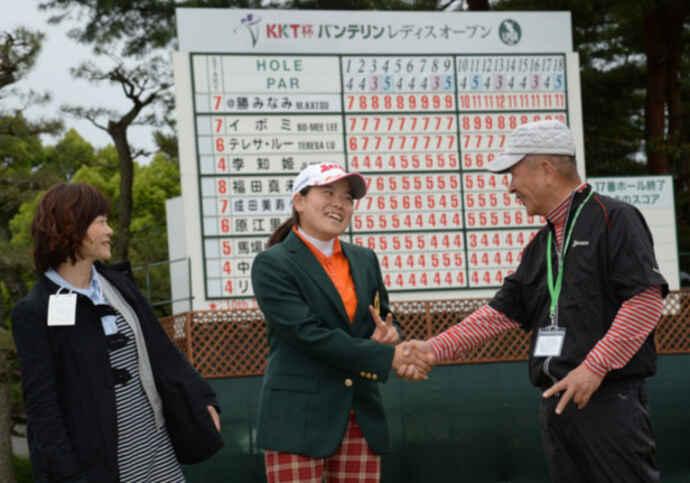 14年、15歳293日で日本女子ツアー最年少優勝したKKT杯バンテリン・レディースには、祖父市来龍作さんと母久美さんも祝福に駆け付けた