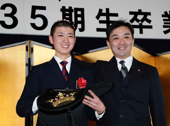JRA騎手試験新規合格発表で長男の新騎手の合格を祝う斎藤誠師(2019年2月)