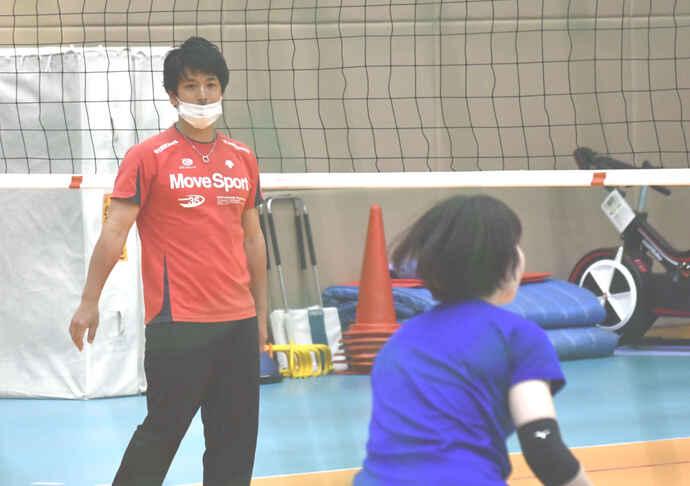 Vリーグ女子1部NECを訪れ、指導に当たる元男子日本代表リベロの古賀さん(撮影・平山連)