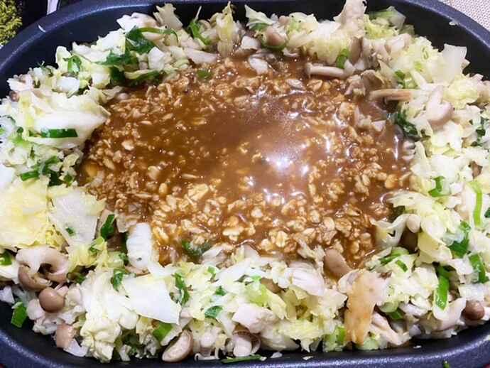炒めた野菜で土手を作り、オートミール入りの生地を流す