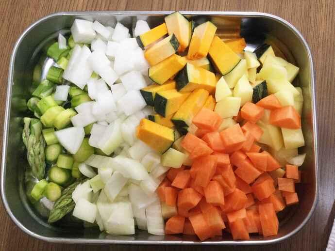 野菜は角切りにしてたっぷり使います(分量は4人分)