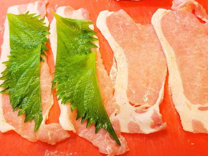 塩コショウして片栗粉をまぶした豚肉に、シソを乗せて巻く