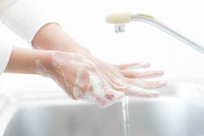 調理前だけでなく、調理中も手を頻繁に洗うことが大切