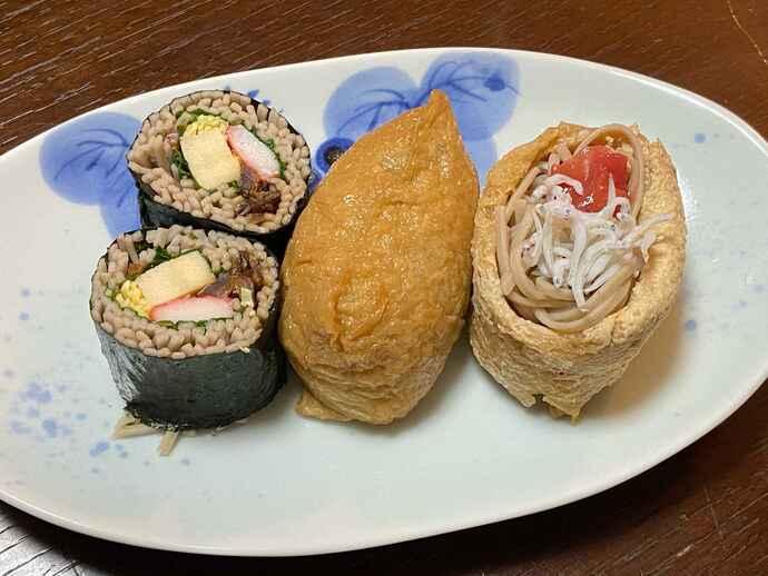 そば寿司(左)といなりそば寿司