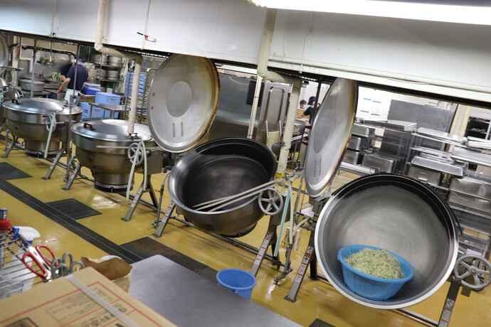 厨房には業務用の鍋がズラリ並ぶ。調理はすべて1から行う