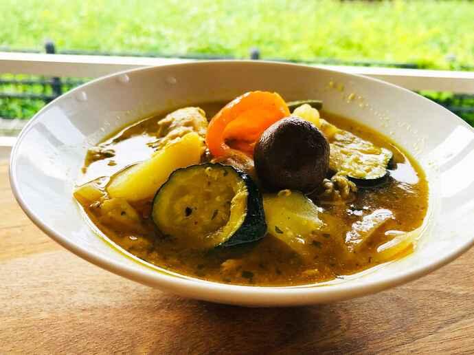 夏野菜とチキンのカレースープ