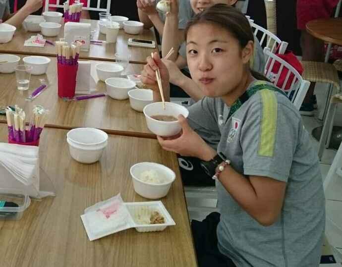 Gロードステーションで食事をするバドミントン女子シングルスの奥原希望(味の素VP提供)