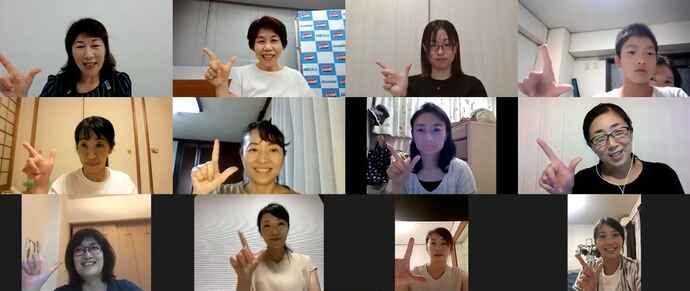 最後に「アスレシピポーズ」を決める受講者の皆さん。左上が管理栄養士・石村智子さん