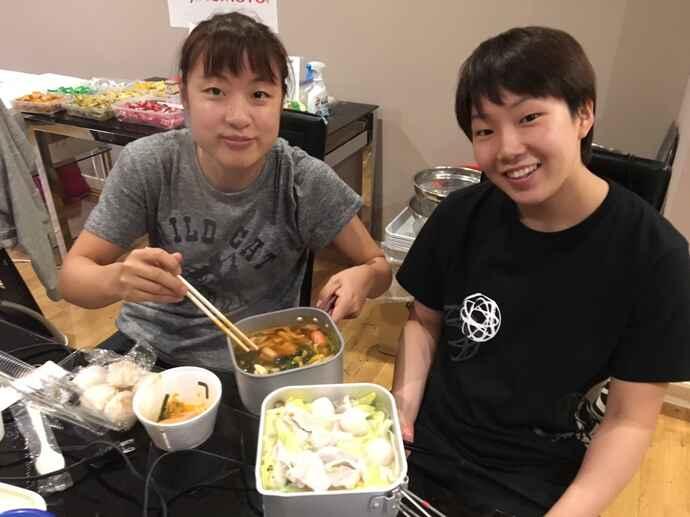 2017年、一緒に鍋を作る奥原希望(左)と山口茜(味の素VP提供)