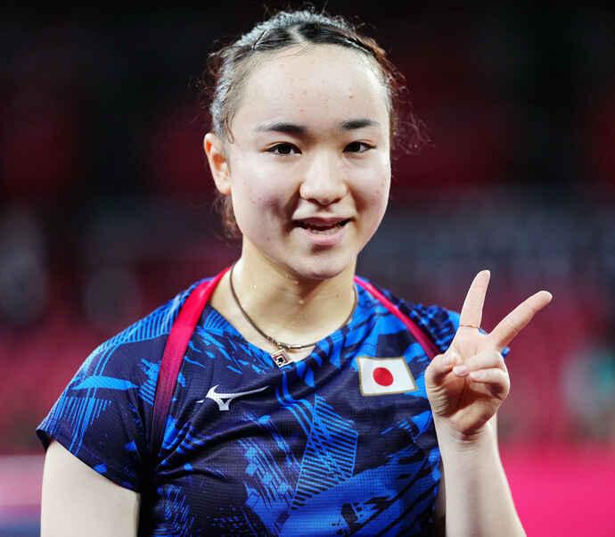 卓球女子シングルス3位決定戦でユ・モンユに勝利しピースサインを見せる伊藤(撮影・江口和貴)