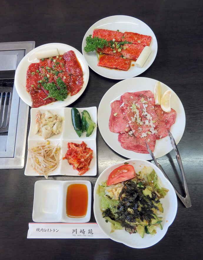三浦龍司も大好物な焼肉レストラン川崎苑の人気メニュー。右から時計回りにカルビ、タン塩、チョレギサラダ、漬物各種、ロース(撮影・鎌田直秀)
