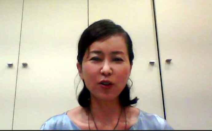 笑顔で講義をする渡辺元美さん