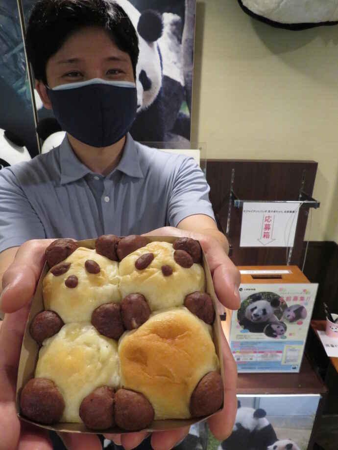 双子パンダの名前の投票箱が設置されている上野「カフェニキ」で、パンダのパンの試作品を見せる奧乃靖弘シェフ