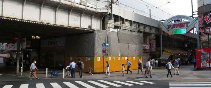 ベーカリー「米よりパンだ!?」の建設予定地はJR上野駅前、アメ横入り口のスクランブル交差点そばの角地