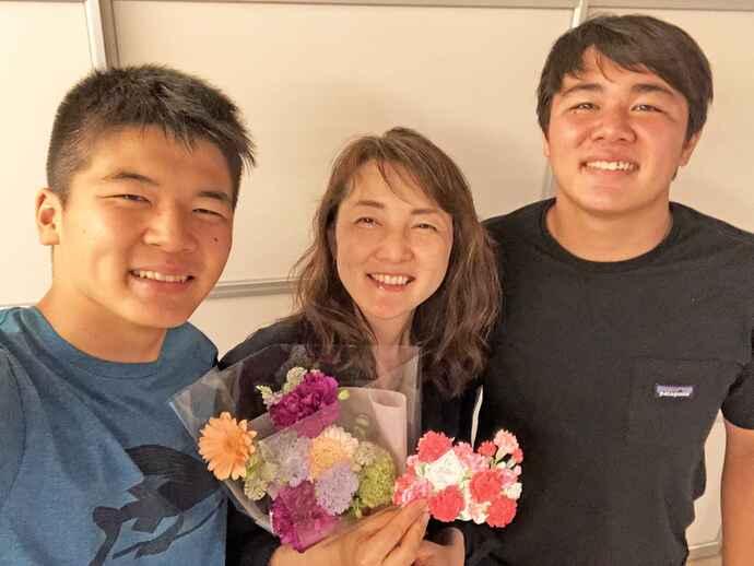 今年の母の日に、2人の息子と撮った1枚。感謝の気持ちがつづられたメッセージカードに思わず涙(写真左から、次男、山崎さん、長男)