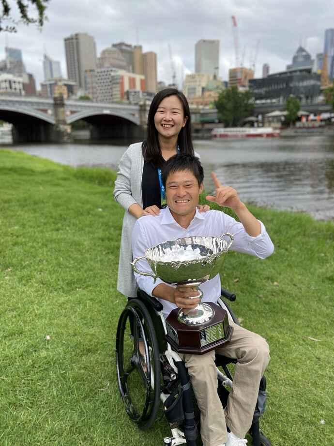 20年全豪優勝で、メルボルン市内のヤラ川を背に写真に納まる国枝夫妻(国枝愛さん提供)